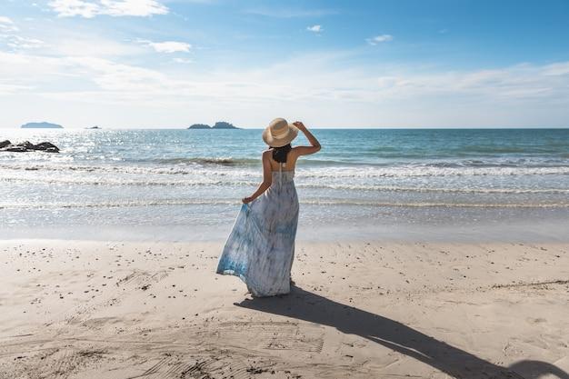 여름 해변 여행 휴가 개념, 태국, 빈티지 스타일에서 저녁에 해변에서 편안한 흰 드레스와 함께 행복 한 여행자 아시아 여자