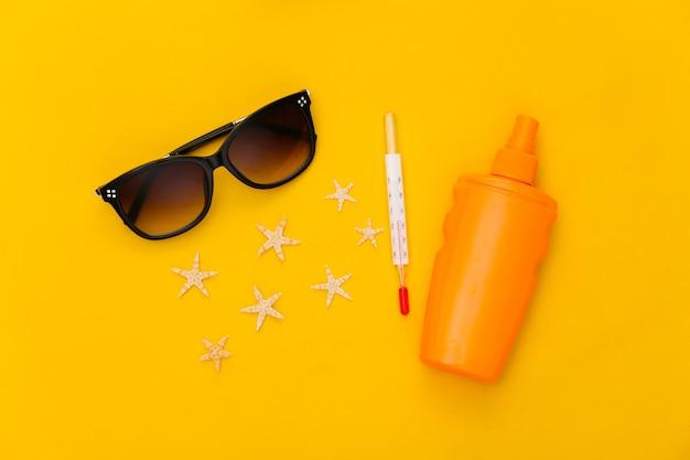 여름. 해변 휴가. 열. 노란색에 비치 액세서리