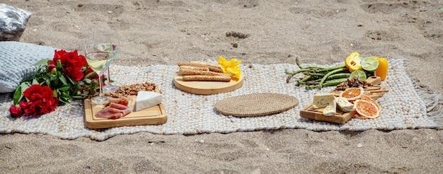 Bellissimo picnic estivo romantico in riva al mare. il concetto di vacanza e riposo.