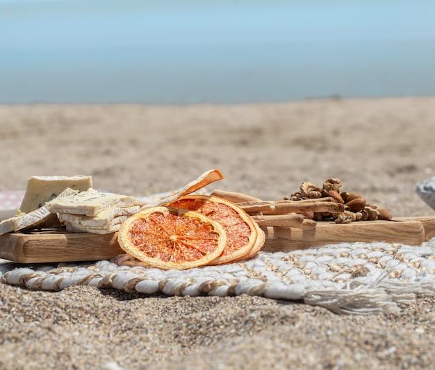 ぼやけた空間で海沿いの夏の美しいロマンチックなピクニック。休日の概念。
