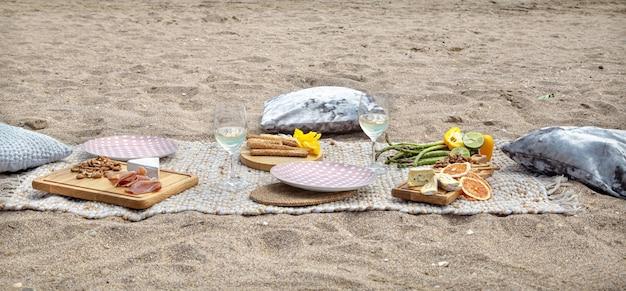 Летний красивый романтический пикник у моря. понятие праздника и отдыха.