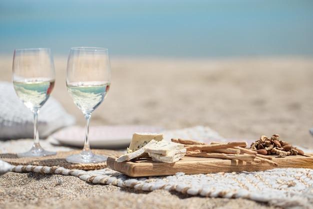 海沿いの夏の美しいロマンチックなピクニック。休日の概念。