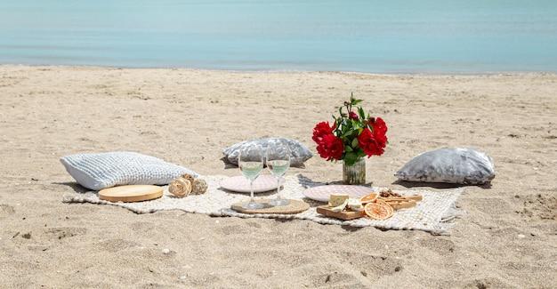 바다로 여름 아름다운 낭만적 인 피크닉. 휴일의 개념.