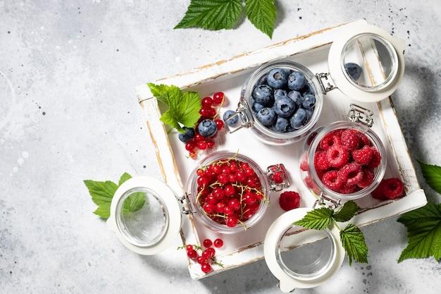 Летние ягоды микс малина черника красная смородина в деревянном ящике здоровое питание