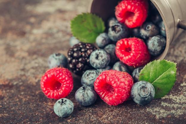 Микс летних ягод с малиной, ежевикой и черникой в металлической посуде