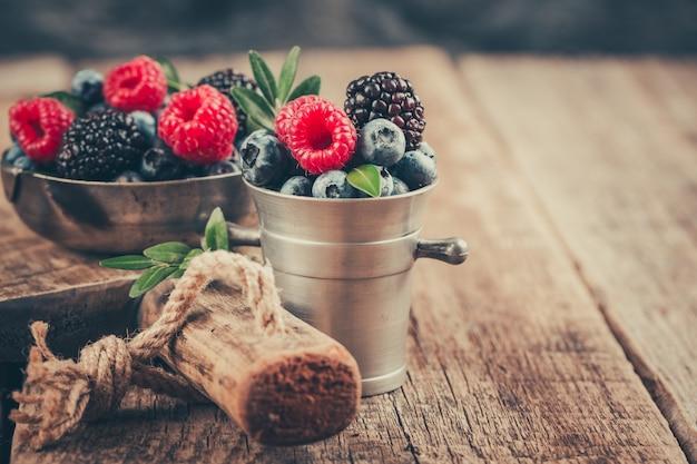 Микс summer berries с малиной, черникой и ежевикой в металлической посуде