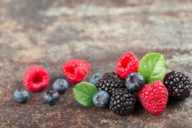 Микс summer berries с малиной, черникой и ежевикой на темном фоне