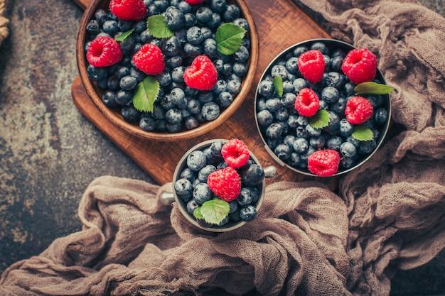 Микс summer berries с малиной и черникой в деревянной и металлической посуде