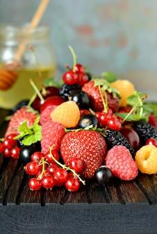 Летние ягоды на деревянной доске