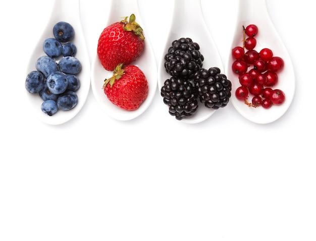 スプーンの夏の果実は白い背景でisilated