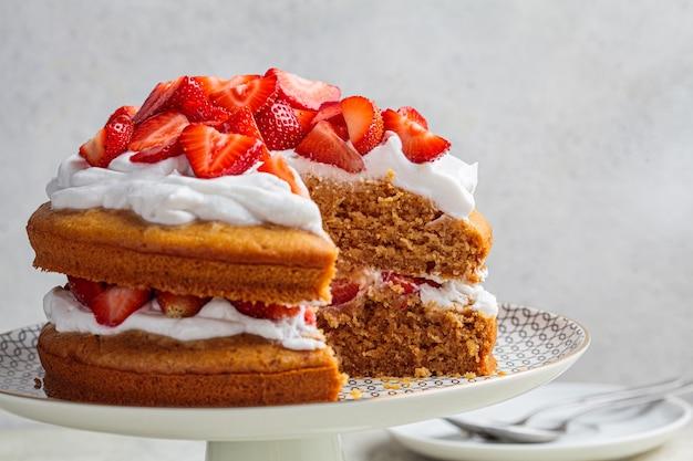 夏のベリーケーキ。ココナッツクリームとビーガンストロベリーケーキ。植物ベースのデザートのコンセプト。