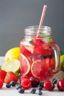 Летний ягодный лимонад с фруктами и мятой в банке мейсон