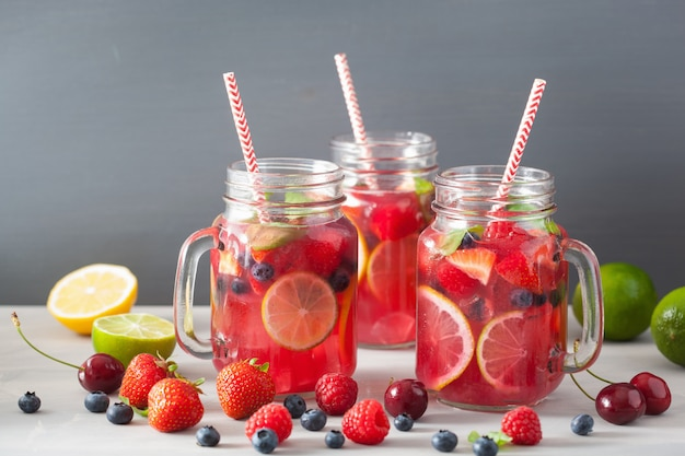 Летний ягодный лимонад с фруктами и мятой
