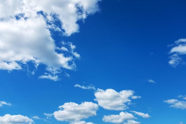 구름과 여름 푸른 하늘입니다. 디자인 배경