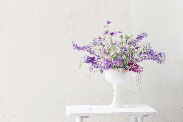 白地に青と紫の色の夏の花束