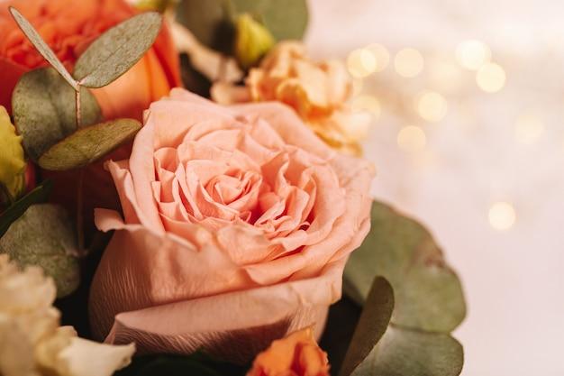 Летний букет цветов крупным планом на светло-розовом фоне с красивым боке свободного пространства для