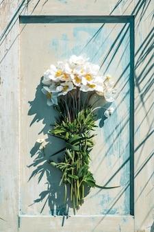 흰색 꽃의 여름 꽃다발입니다. 맑은 그림자. 현대적인 스타일