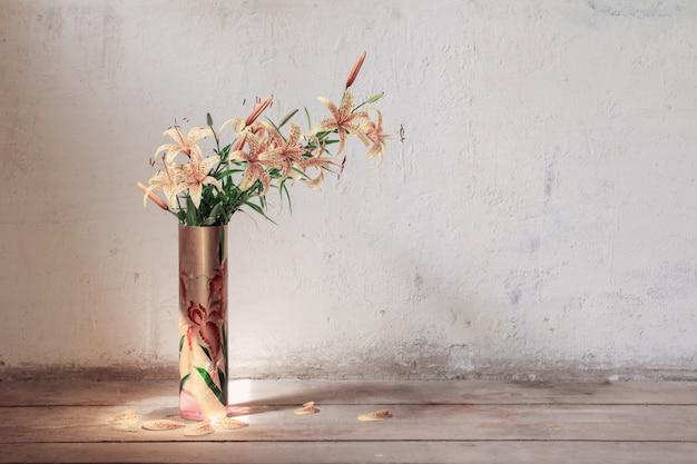木製の床の夏の花束