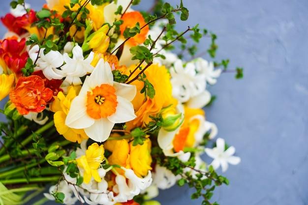 밝은 노란색과 흰색 꽃으로 여름 꽃다발