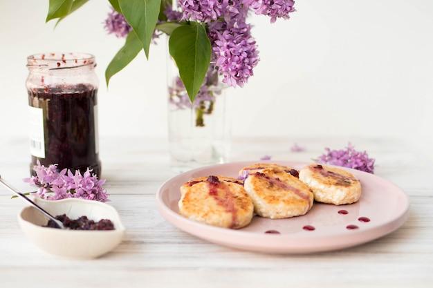 Летний завтрак жареные чизкейки, полезный сладкий завтрак