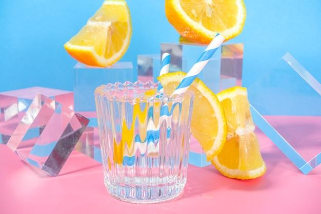 신선한 과일, 복사 공간 유리 받침대 연단과 화려한 파란색 분홍색 배경에 여름 밝은 레모네이드