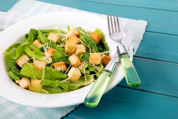 Летний салат цезарь на стол для пикника