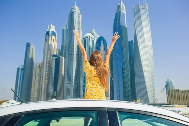 Летнее путешествие на машине и очаровательная девушка в отпуске