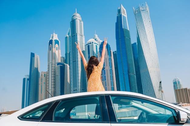 Летняя автомобильная поездка и молодая женщина в отпуске