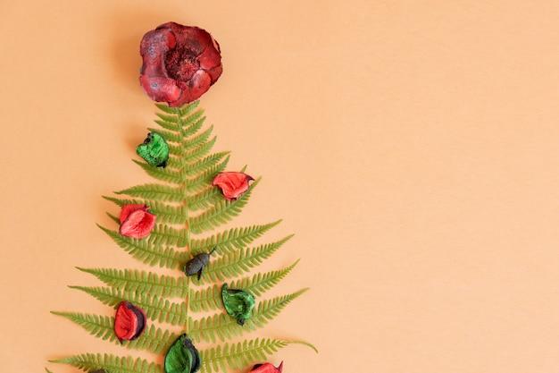 복사 공간이 있는 양치류와 마른 꽃으로 만든 여름 크리스마스 트리. 새해의 대체 축하