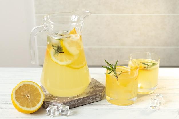 오렌지, 레몬, 로즈마리를 곁들인 여름 감귤 레모네이드