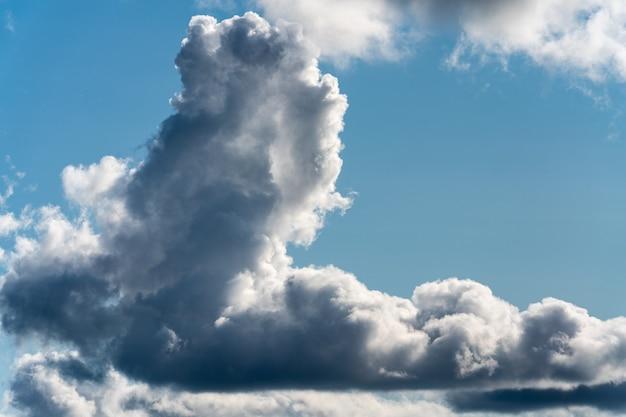 夏の雲景、自然の気象背景のビュー-雨の前に天候が変化するために青い空を横切って浮かぶ劇的な雲。