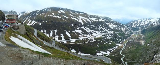 Летний пасмурный горный пейзаж с дорогой (перевал фурка, швейцария). панорама.