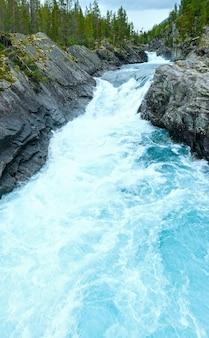 여름 흐린 산 강보기