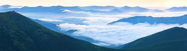 夏の曇り日の出山のパノラマビュー(ウクライナ、カルパティア山脈)。 3ショットステッチ画像。