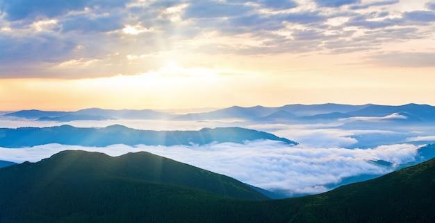 Летний пасмурный восход панорамы горы (украина, карпаты). два кадра сшивают изображение.