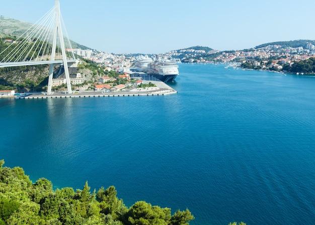포트에 큰 라이너와 두브 로브 니크시 (크로아티아)의 여름 해안보기.