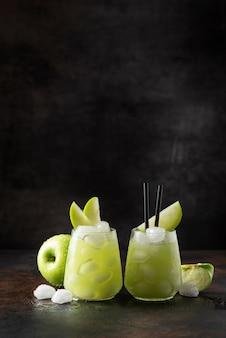 Летний коктейль с зеленым яблоком и льдом.