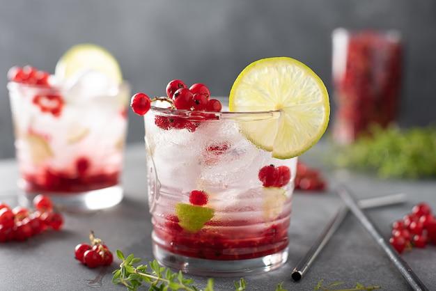 Летний коктейль с красной смородиной, лаймом и сиропом