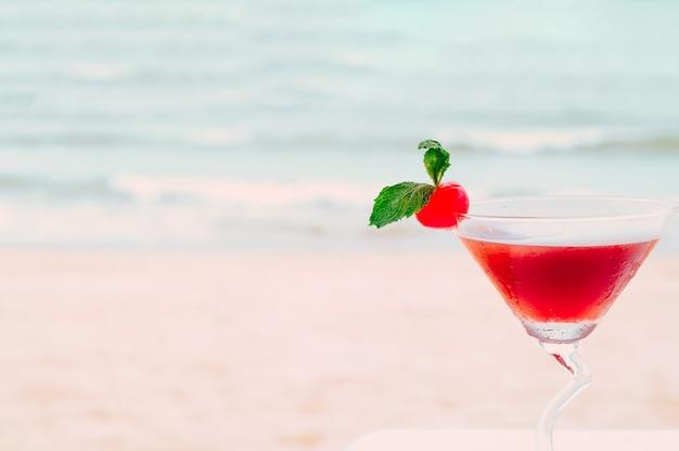 熱帯のビーチで夏のカクテル