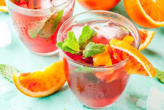 夏の冷たい飲み物、ブラッドオレンジミントカクテルミモザ、モヒートまたはサングリア、ライトブルー、copyspace