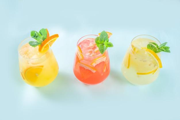 Летние прохладительные напитки, фруктовый лимонад, коктейль из сангрии, напитки, наполненные различными цитрусовыми - апельсином, лимоном, грейпфрутом, лаймом, со свежими фруктами copy space