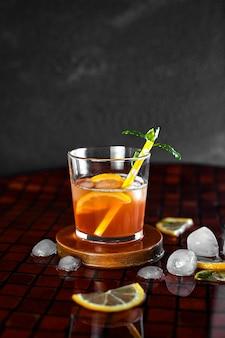 Летний холодный чай со льдом.