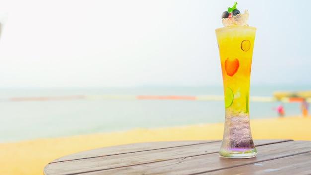 Летний холодный персиковый коктейль с базиликом, малиной, клубникой и ежевикой