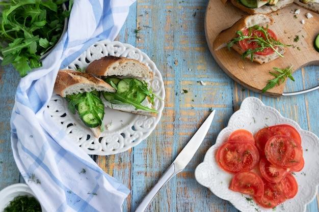 新鮮な野菜と山羊のチーズの夏の冷たいサンドイッチ。自家製ヘルシースナック