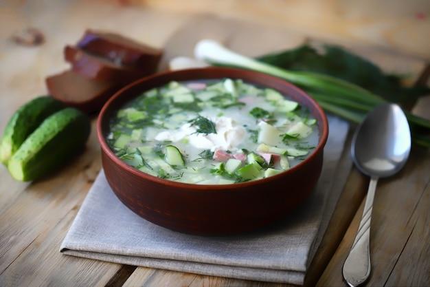 ボウルに夏の冷たいスープ