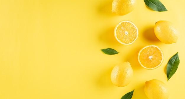오렌지 레몬과 녹색 잎으로 만든 여름 구성