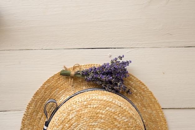 麦わら帽子の夏の構図の上面図は、小さな香りのよい花束です。上面図