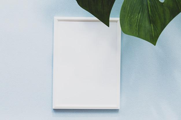 Летняя композиция белая фоторамка пальмовый лист монстера и длинные тени