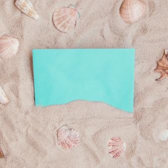 Летняя композиция с чистой бумагой и морскими ракушками