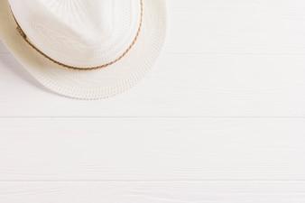 Летняя композиция с шляпой и copyspace